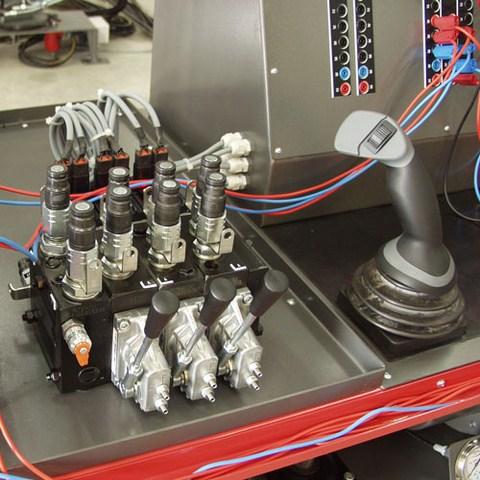 Distributeur proportionnel à 3 éléments PVG32 avec son joystick de commande